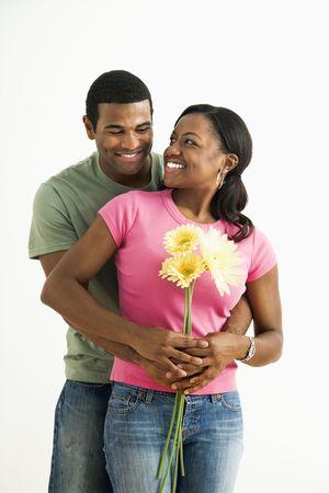 couple afro americain: Portrait de sourire African American couple debout regardant les uns les autres.