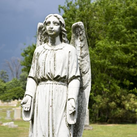 angelo custode: Guardian Angel statua nel cimitero.