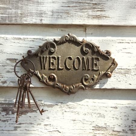 welcome sign: Bienvenue signer et touches de m�tal blanc peeling ancien b�timent.
