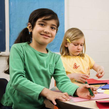 minors: Dos ni�as en aula crear arte. Formato cuadrado.