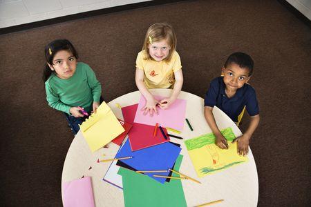 ハイアングルビュー: 美術の授業で若い学生の高角度のビュー。水平方向にフレーム ショット。
