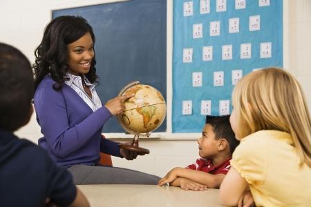 minors: Profesor dando lecci�n de geograf�a en el aula de la escuela con el mundo.