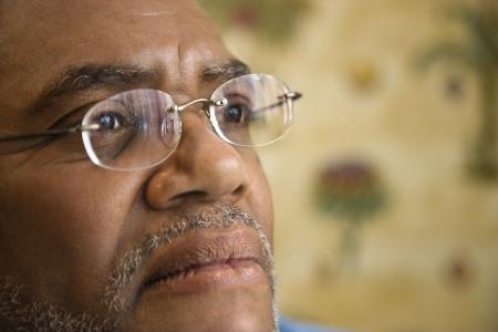 Ritratto di uomo nero senior in occhiali da vista con espressione seria. Tiro orizzontale.