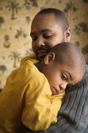Joven se está celebrando con cariño por su padre.  Un disparo vertical. Foto de archivo