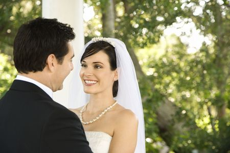 gaze: Lachende jonggehuwden staren in elkaars ogen. Horizont aal schot.