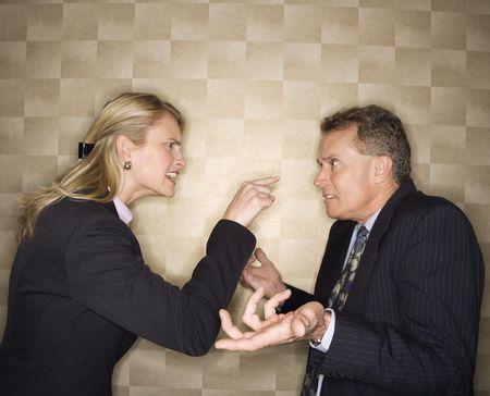 Kaukasus mid-adult Unternehmerin Geschrei und zeigen auf mittleren Alters Geschäftsmann, die auf Ihr shrugs. Horizontale Format. Lizenzfreie Bilder