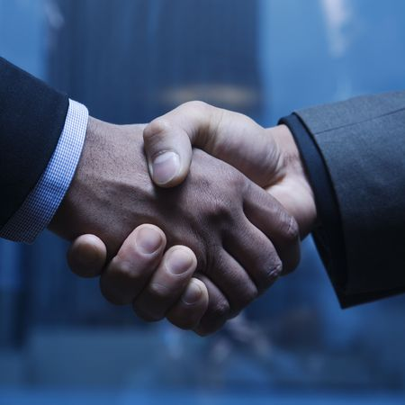 dandose la mano: Close-up de hombres de negocios del C�ucaso y afroamericano, agitando las manos. Formato cuadrado. Foto de archivo