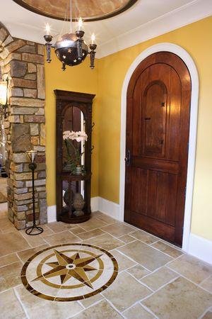 arcuate: Porta ad arco e ceramica ceramica entrata della casa con mariner inset stelle di lusso. Tiro verticale.
