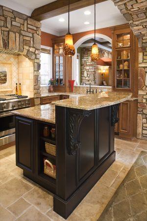 mostradores: Interior de la cocina de lujo con acentos de piedras y techo de madera de haz. Un disparo vertical. Foto de archivo