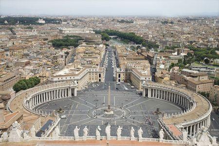 ciudad del vaticano: Vista de �ngulo alto de la Plaza de San Pedro con el horizonte de la ciudad del Vaticano en segundo plano. Horizontal de disparo.
