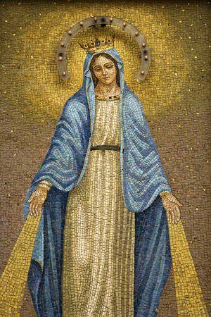 virgen maria: Mosaico de la Virgen llevando una corona con dispositivo para dar a luz en la noche. Un disparo vertical. Foto de archivo
