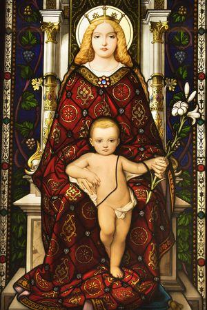 virgen maria: Vidrieras ventana mostrando im�genes de la Virgen y el ni�o. Un disparo vertical.  Foto de archivo