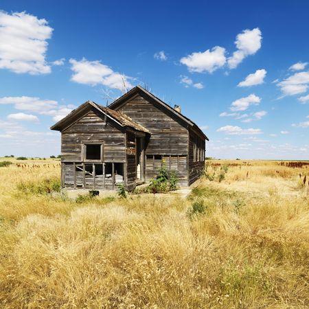 in disrepair: Abbandonato casa in stato di rovina nel campo rurale del Dakota del Nord. Formato quadrato.