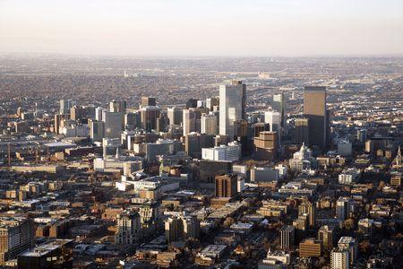 denver co: Vista a�rea de la ciudad de Denver Colorado en un d�a brumoso. Horizontal de disparo. Foto de archivo