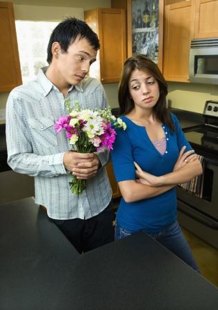 perdonar: Hombre dar flores de mujer Foto de archivo