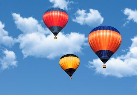 soar: Globos coloridos de aire caliente en el azul cielo cubierto por nubes