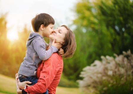 madre e hijo: Hijo está besando a su madre