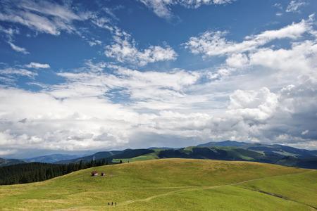 Hermosa vista de la montaña en las montañas de Rodnei, Rumania Foto de archivo - 42313730