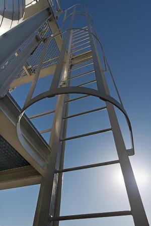 Escada de metal em um edifício industrial Foto de archivo - 66953740