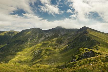 Paisaje de verano con cielo azul y nubes en las montañas de los Cárpatos, Rumania Foto de archivo - 66987203