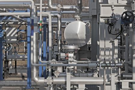 Detalles de una planta de procesamiento de gas natural moderna con diales de presión en tuberías de fábricas de gas Foto de archivo - 66250063
