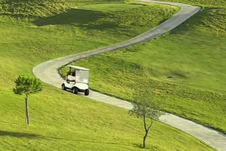 Campo de golf durante el amanecer con coche de golf Foto de archivo - 66534554