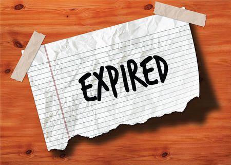 VERLOPEN met de hand geschreven op gescheurd notitieboekjepagina verfrommeld document op houten textuurachtergrond. Illustratie