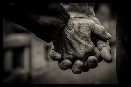 pareja enamorada: Detalle de una vieja pareja cogidos de las manos