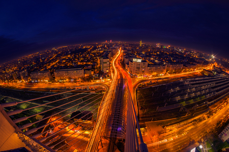 Nachtszene über der Stadt mit Stadtlichtern und Ampeln und beleuchteten Gebäuden in Bukarest Rumänien von der Basarab-Überführung