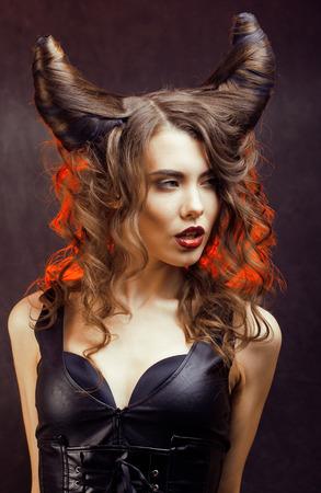 satanas: misteriosa mujer brillante con el pelo cuerno, celebración de halloween Foto de archivo