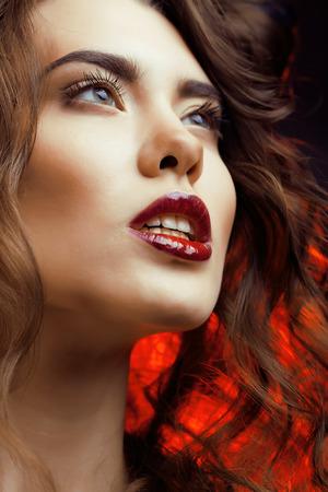 labios sexy: Mujer de la belleza con maquillaje perfecto hermosas vacaciones Profesional Maquillaje Labios rojos y u�as Beauty Girls Face aislados sobre fondo Negro Mujer Atractiva