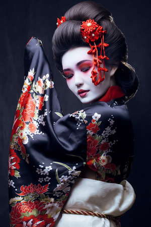 jonge mooie geisha in kimono met sakura en decoratie Stockfoto