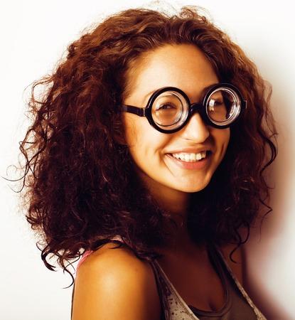bugs shopping: Mujer joven linda en gafas, el pelo rizado