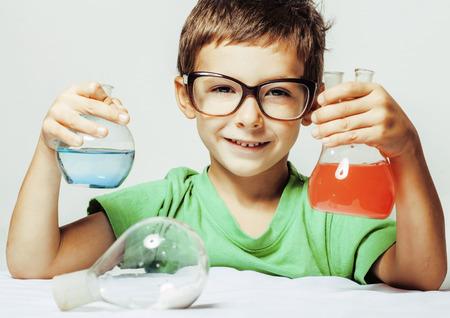 descubridor: pequeño muchacho lindo con el vidrio medicina aislado gafas sonriendo