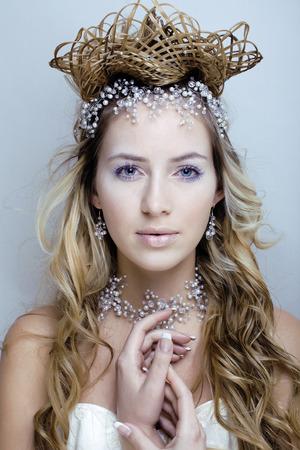 美しさ若い雪の女王の妖精が彼女の頭に髪のクラウンと点滅をクローズ アップ