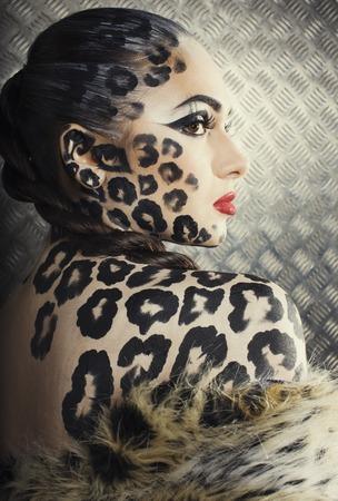 artistas: joven mujer sexy con el leopardo componen todo el cuerpo, bodyart gato impresi�n de cerca
