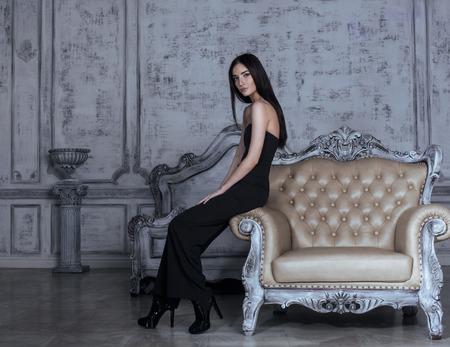 donna ricca: bellezza giovane donna bruna in interno casa di lusso, camera da letto fata