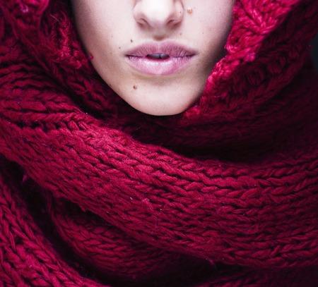 primer plano cara: j�venes labios mujer bonita en su�ter y bufanda por toda la cara de cerca Foto de archivo