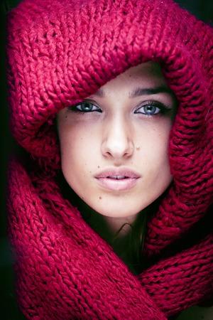 若い可愛いセーターとすぐ近くにあります本当の美しさを彼女の顔全体のスカーフの女性