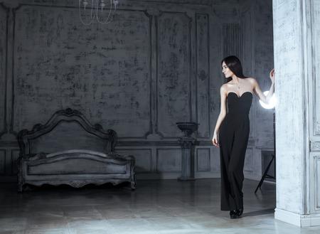 morena: belleza joven mujer morena en el interior de lujo casa, gris dormitorio de hadas elegante