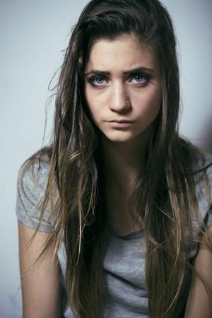 cara triste: problema depressioned adolescente con el pelo desordenado y la cara triste, drogadicto verdadero de cerca