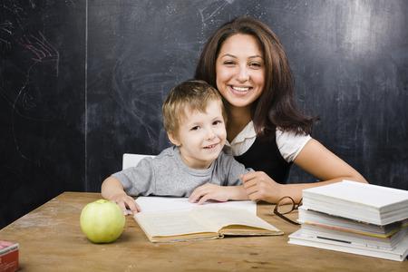 実質の人々 の教室で先生とかわいい坊や 写真素材