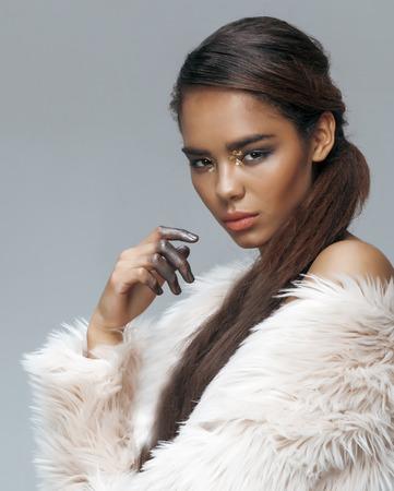mannequin africain: jeune beauté afro-américaine mulâtresse avec la mode maquillage, le visage emothional agrandi
