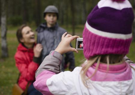 the offspring: poco descendencia rodaje de su familia en el parque coloreado fuera