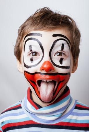 ピエロのような facepaint と小さなかわいい本物の少年、パントマイム的表現をクローズ アップ 写真素材
