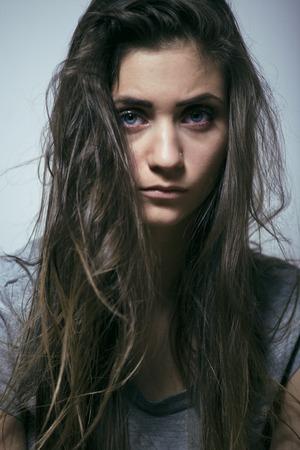 depresi�n: problema depressioned adolescente con el pelo desordenado y triste cara, verdadero adicto chica mala buscando