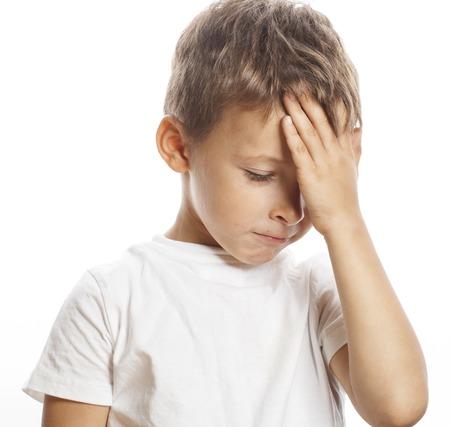 crying boy: litlle niño rubio lindo cansado triste aislada cerca