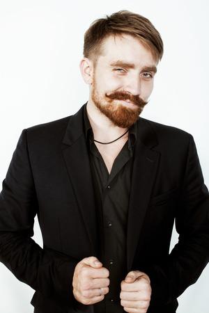 hair man: jeune homme de cheveux rouge avec barbe et la moustache en costume noir sur fond blanc close up