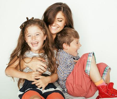 mujer hijos: madre joven con dos niños en blanco, familia sonriente feliz en el interior