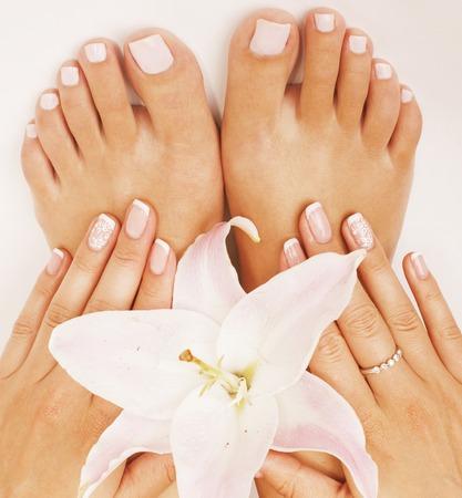 pedicura: pedicura manicura con cierre de la flor del lirio para arriba aislado en blanco de forma perfecta las manos